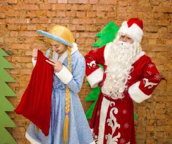 Дед Мороз и Снегурочка с мешком подарков